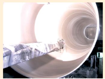 Рис. 3. Нанесение покрытия Polyclad 777 на внутреннюю поверхность трубопрово