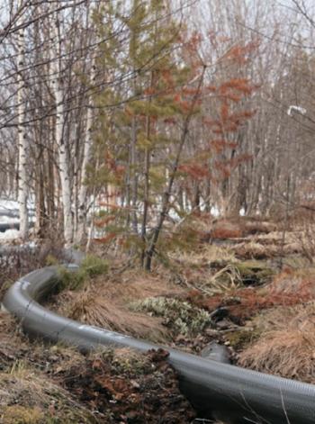 Рис. 3. Прокладка мобильного трубопровода по болоту