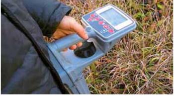 Рис. 8. Определение местоположения подземного трубопровода с помощью трассоискателя Radiodetection